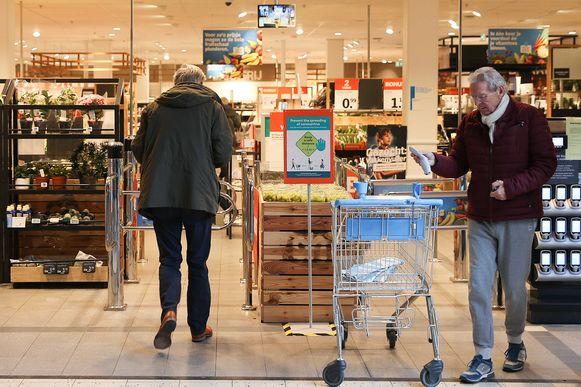 Een oudere klant verlaat een Albert Heijn-supermarkt in Rotterdam.  Ook in Nederland zijn er 'seniorenuurtjes' ingevoerd.