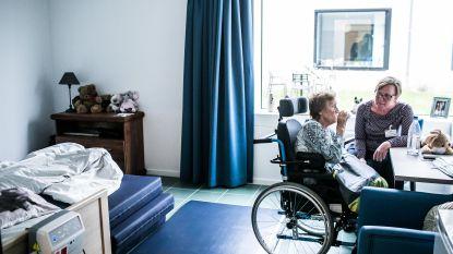 Rusthuisgroep weigert bewoners vast te binden in bed: hier mogen ouderen vallen