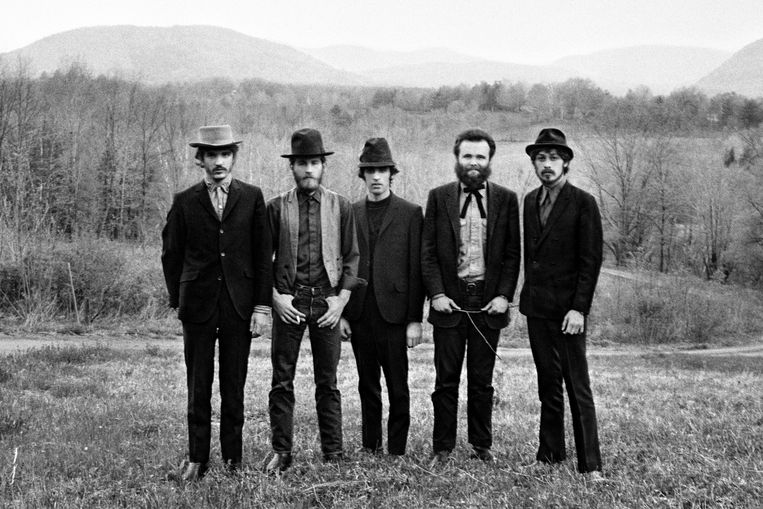 The Band in 1968, met vanaf links: Rick Danko, Levon Helm, Richard Manuel, Garth Hudson en Robbie Robertson. Beeld Elliott Landy