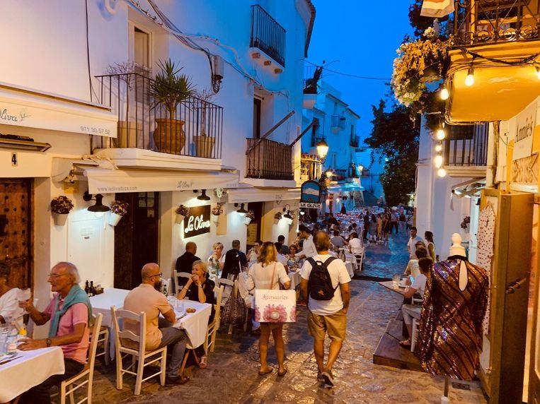 Vorig jaar zaten de terrasjes en restaurants in de oude stad van Ibiza nog helemaal vol. Beeld Hollandse Hoogte / Leo Vogelzang