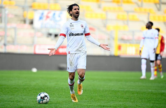 Typerend voor de wedstrijd van Antwerp: Lior Refaelov begrijpt niet wat er gebeurt.