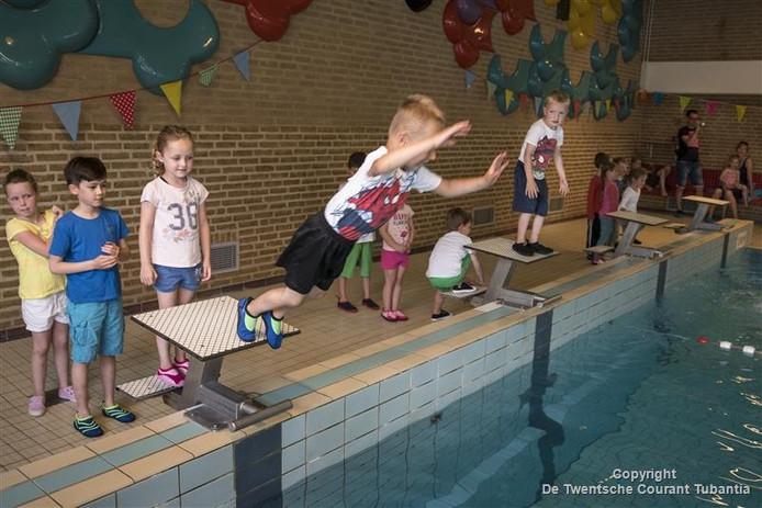 Archiefbeeld: afzwemmen bij zwembad De Brug