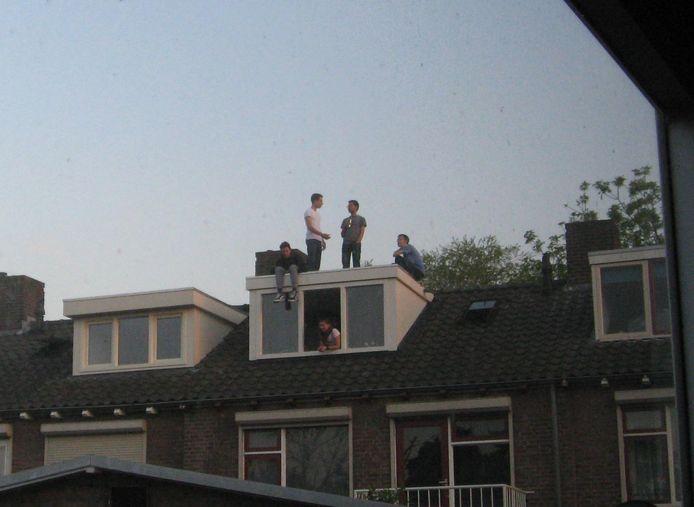 Een 'feestje' bovenop een dakkapel was voor de buurtbewoners vorig jaar reden om de politie te bellen.