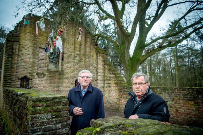 Wim Kattenberg (li) en Hugo van Capelleveen bij de ruïne van St.-Walrick.