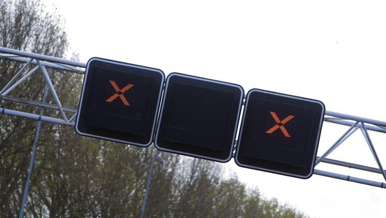 Op de A4 rijdt het verkeer tussen Den Haag en Amsterdam in een lange file. Ook de andere kant op is het erg druk. Beeld ANP