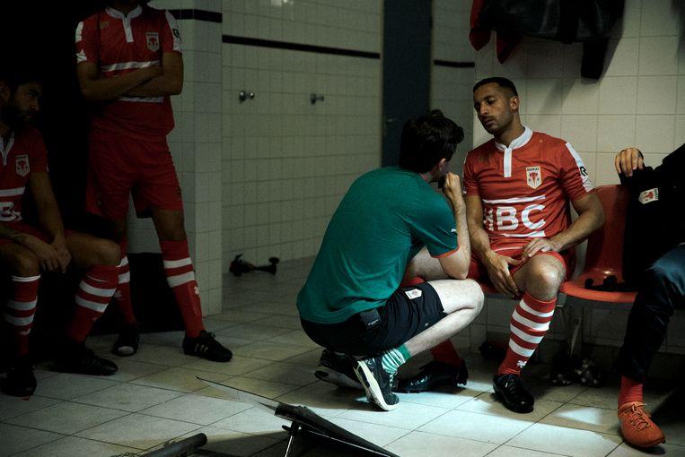 Een overleg met de spelers in de kleedkamer.  Beeld Milan van Dril
