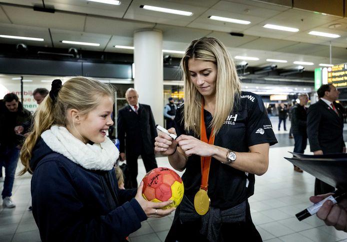 Met de gouden medaille nog om haar nek, deelt Polman handtekeningen uit.