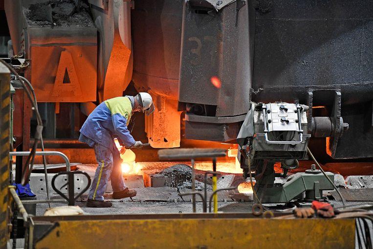 De fabriek van Tata Steel draait stug door, 24 uur per dag, 365 dagen per jaar.  Beeld Guus Dubbelman / de Volkskrant