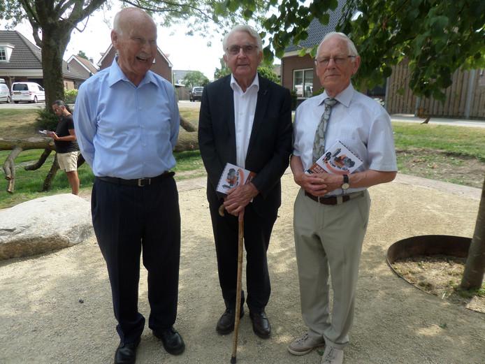 Oud-burgemeester Scholten geflankeerd door Huib Kramer (l) en Arie van der Nat, destijds raadslid en wethouder in Giessen.