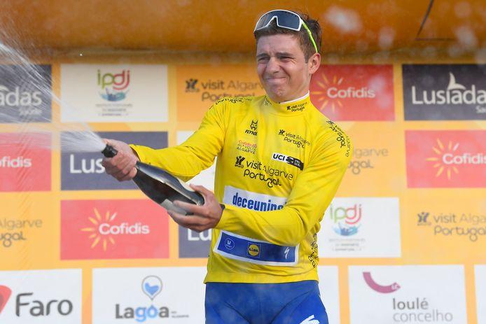 Remco Evenepoel in de leiderstrui van de Ronde van de Algarve.