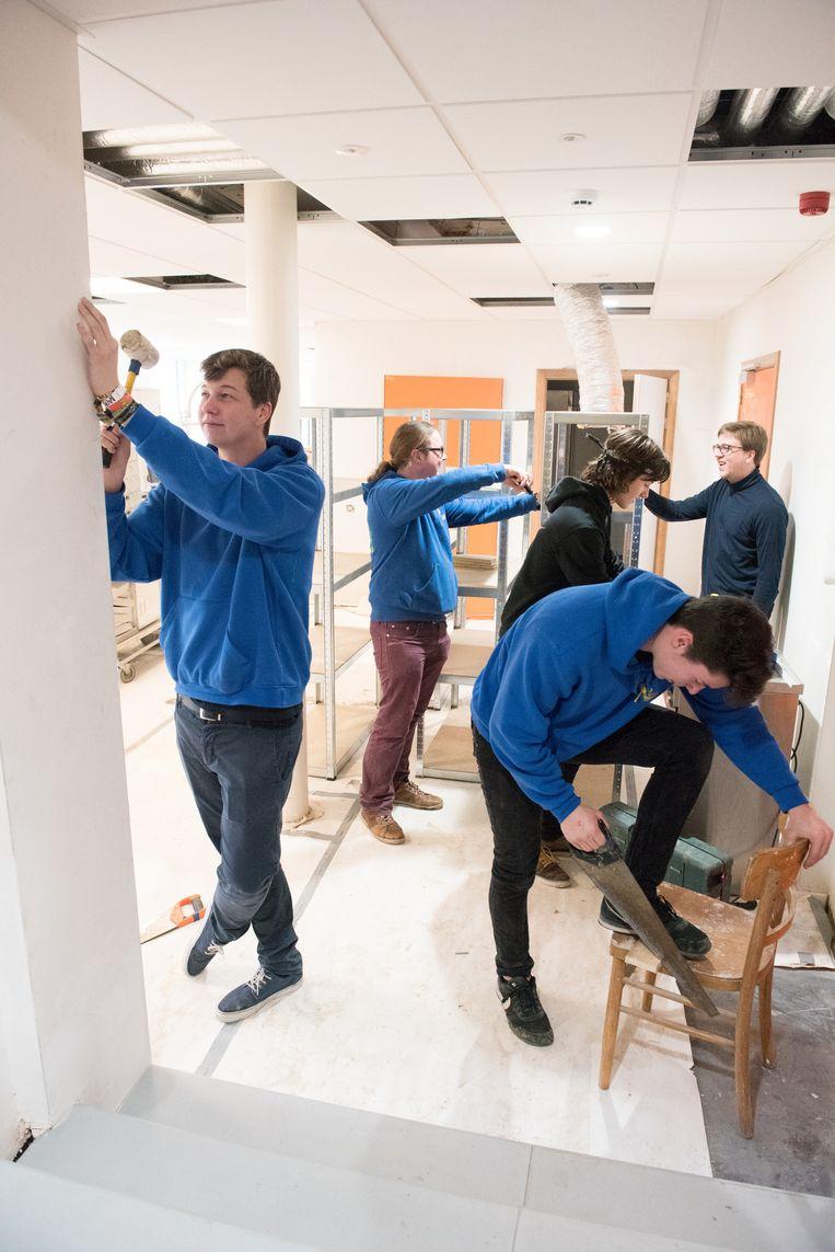 Leden van De Ressort gingen zaterdag een handje toesteken bij het klaarstomen van de installaties.
