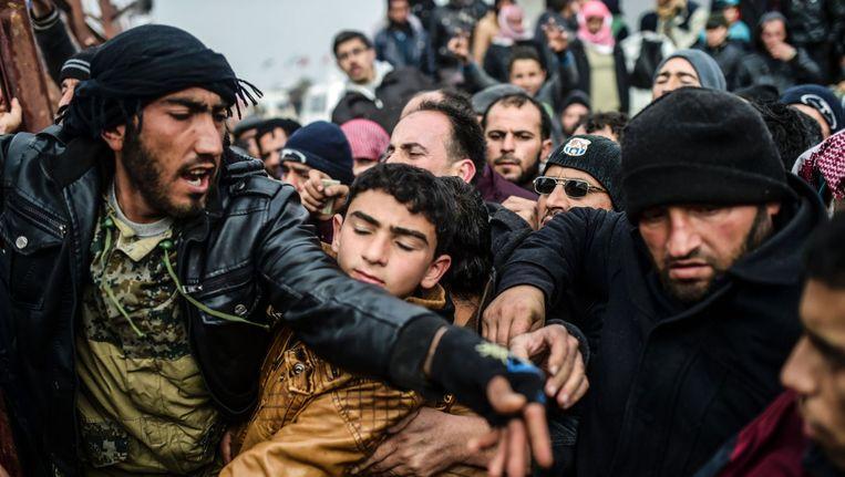 Syrische vluchtelingen verdringen elkaar opweg van Aleppo naar de grens met Turkije. Beeld afp