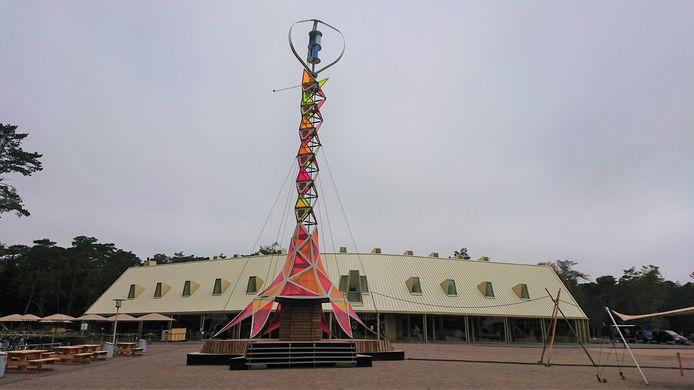Tot en met 9 augustus staat een hypermoderne en kleurrijke nieuwe toren in park De Hoge Veluw: de GEM-tower.