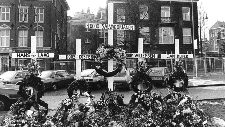 In 1982 werden kruisen neergezet bij de Amerikaanse ambassade in Amsterdam om de televisieploeg van de IKON te gedenken. Beeld anp