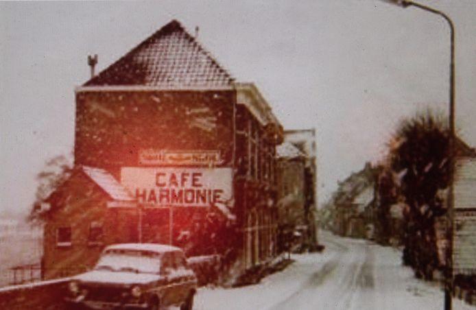 Café Harmonie in Moordrecht in de winter in de jaren tachtig.