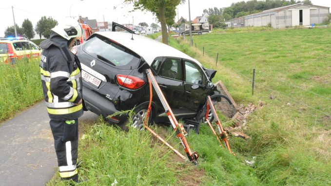Auto dreigt in gracht te vallen na ongeval