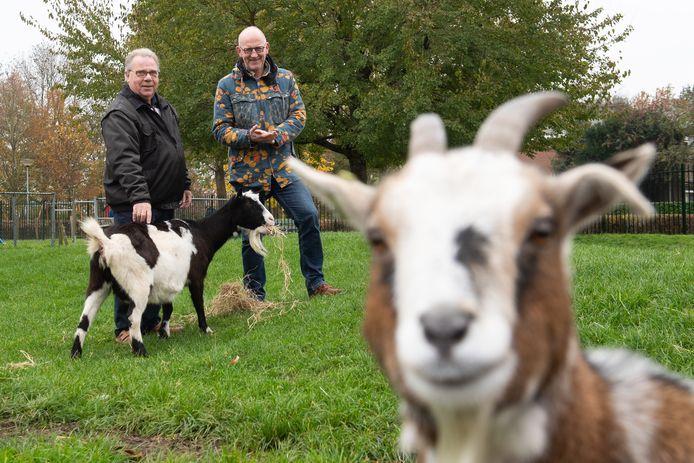 Voorzitter Peer Cox (rechts) verdedigde gisteravond het nut en de functie van de kinderboerderij in Zevenbergen. Naast hem zijn voorganger Frans van Kouwen.
