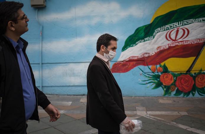 Un homme portant un masque dans les rues de Téhéran.