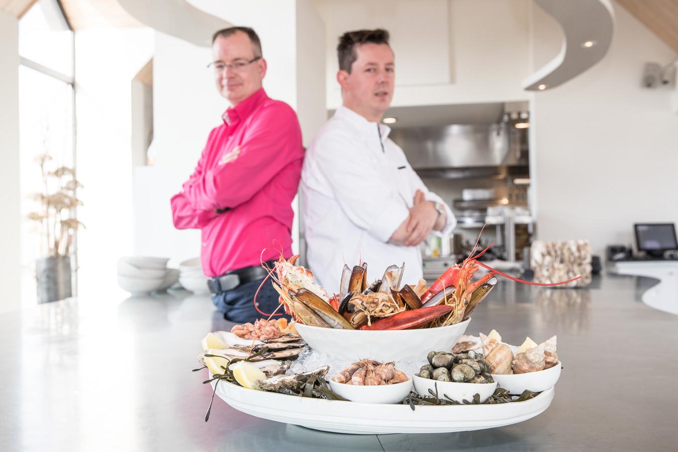 Gastheer Reinier van der Kammen (roze overhemd), chef-kok Edwin Ossewaarde