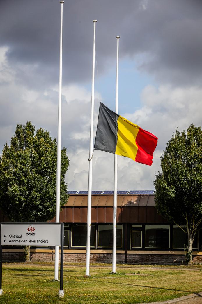 De vlag aan de kazerne hangt halfstok.