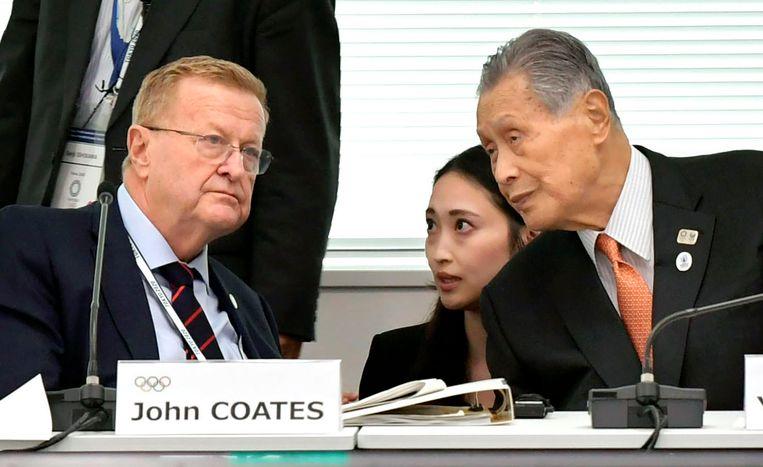 John Coates in gesprek met Yoshiro Mori.  Beeld AP