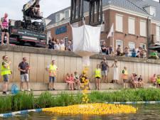 Winnaar Duckrace in Vecht bij Ommen schenkt hoofdprijs aan wensstichting