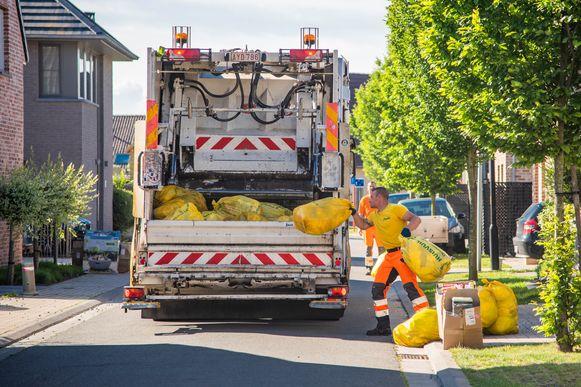 De ophaling van gele huisvuilzakken levert  sinds een jaar minder afval op. Dat is minder restafval dat verbrand moet worden.