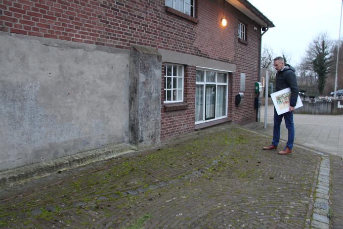 Peter Nieuwenhuis bij de markering van de fundering van de donjon van het vroegere kasteel.