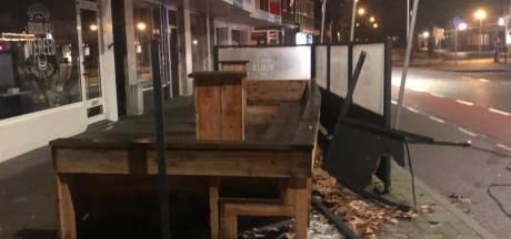 Auto rijdt terras van Zeister slagerij in puin