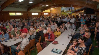 Uitbater steengroeve wil asbest bergen in putten in Balegem. Gemeentebestuur Oosterzele wil steengroeve asbest vrij houden.