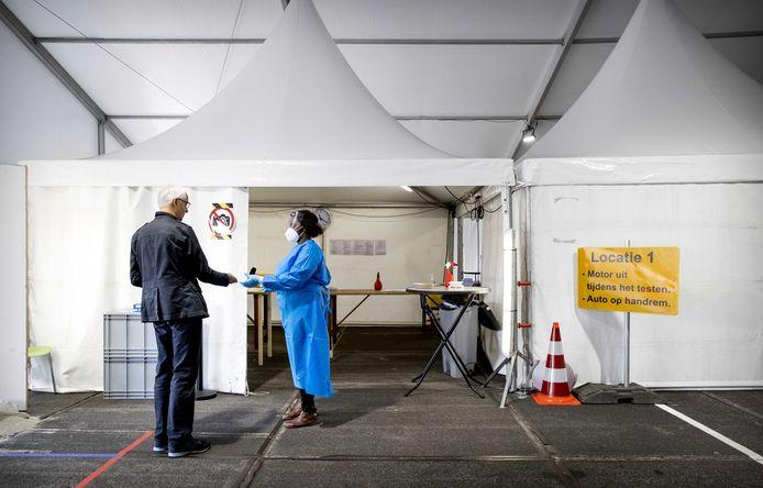 Een coronatest in een teststraat van de GGD? Frits uit Apeldoorn moest daar nog 'een dagje' op wachten...