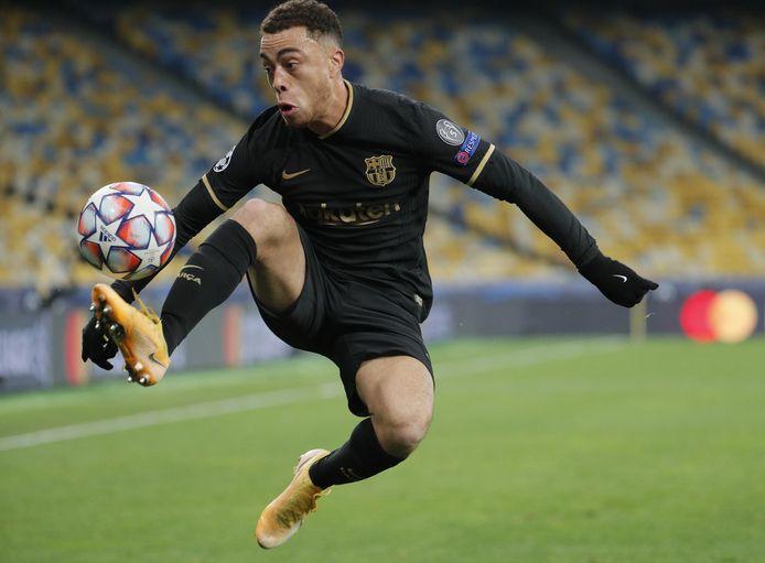 Sergiño Dest maakte gisteravond tegen Dinamo Kiev (0-4 winst) zijn eerste goal voor FC Barcelona.