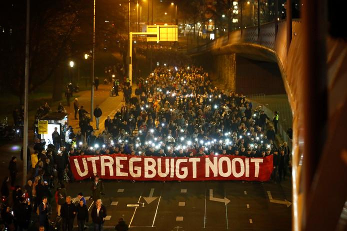 Deelnemers dragen een spandoek met: Utreg buigt nooit.