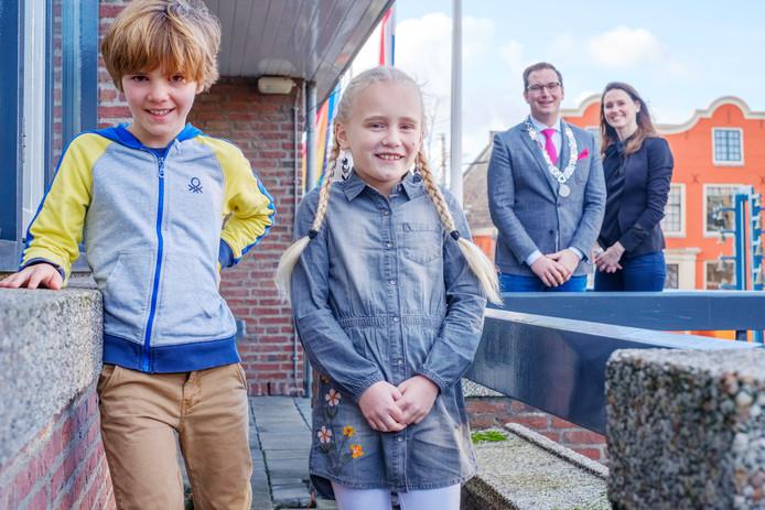 Kinderburgemeester Dorinthe van de Kraats en locokinderburgemeester Fabriz Kalse. Op de achtergrond locoburgemeester Rein Kroon en wethouder Kiki Hagen.