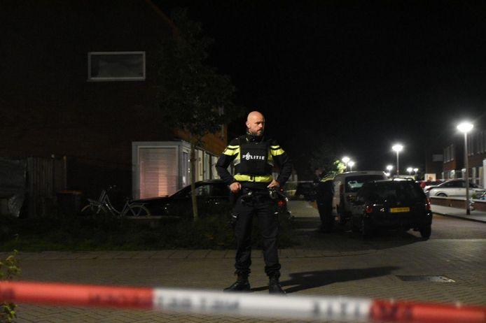 Politie bij de beschoten woning in Steenwijk,