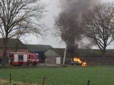 Felle brand verwoest auto in Holten volledig