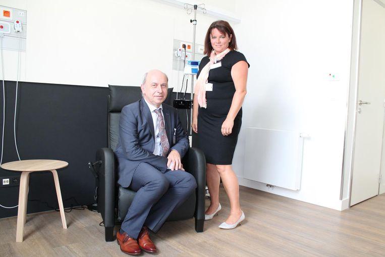 Hoofdgeneesheer Joost Baert en hoofdverpleegkundige Hilde Maes in één van de nieuwe behandelingsruimtes van AZ Klina.