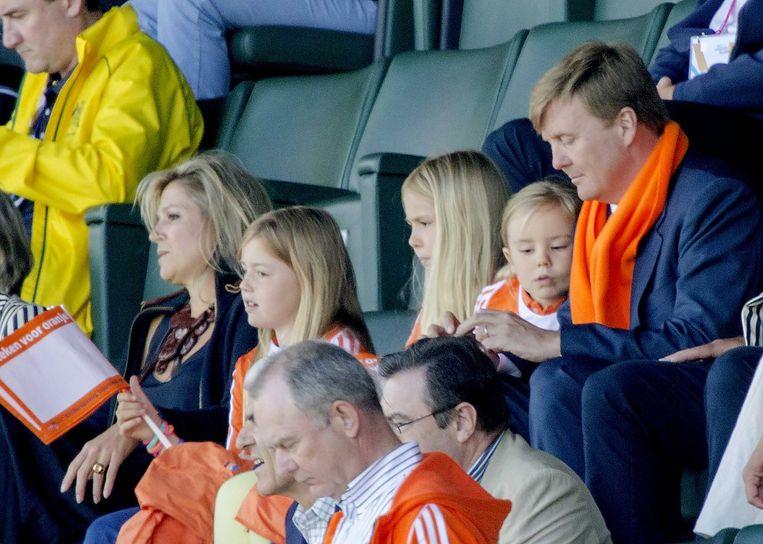 De koning en koningin zijn met hun drie dochters aanwezig op de tribune bij de hockeyfinale. Beeld epa