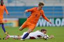 Frenkie de Jong met Jong Oranje in actie tegen Letland.