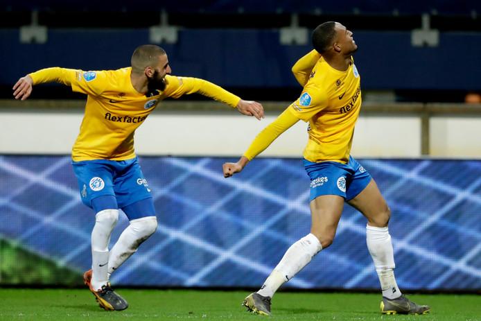 Youssef El Jebli (links) en Delano Burgzorg vieren de overwinning van De Graafschap op SC Heerenveen.