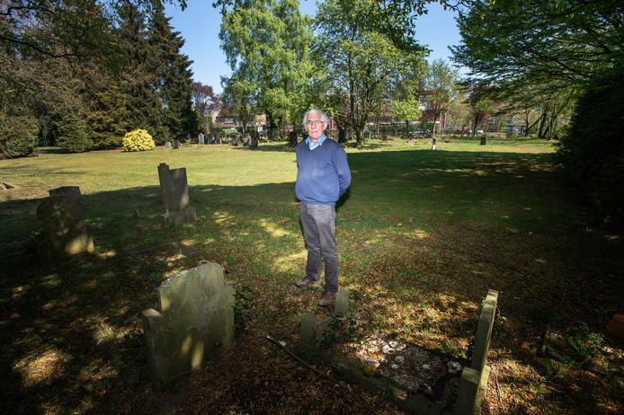 De begraafplaats aan de Graafseweg: het lege veld achter Bart Janssen is een vergeten massagraf. Er liggen zo'n honderd Nijmeegse oorlogsslachtoffers begraven.