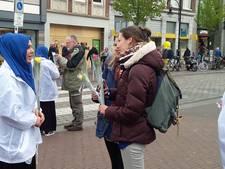 Moslimjongeren delen in Dordrecht rozen uit
