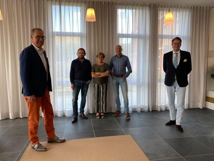 Voorzitter Henk Salome (Beukenrode), in het midden verkopende partij, rechts Lars Boellaard (Westport Notarissen).