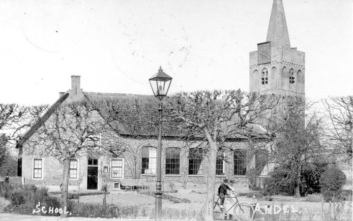Een niet meer bestaand beeld in Andel. De lagere school is afgebroken. (Collectie Teus van Tilborg)