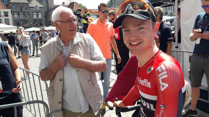 Een blije winnaar Hartthijs de Vries op de Grote Markt in Bergen op Zoom.