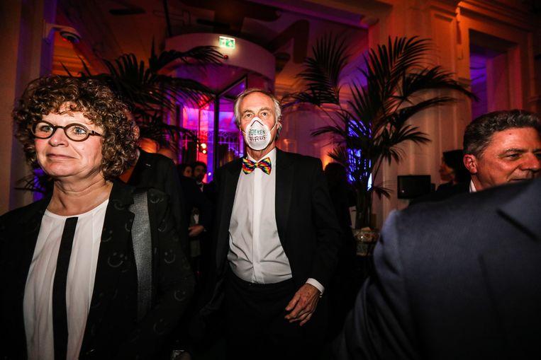 Roel Janssen met mondkapje waarop 'Boekenvirus' staat geschreven. Beeld Eva Plevier