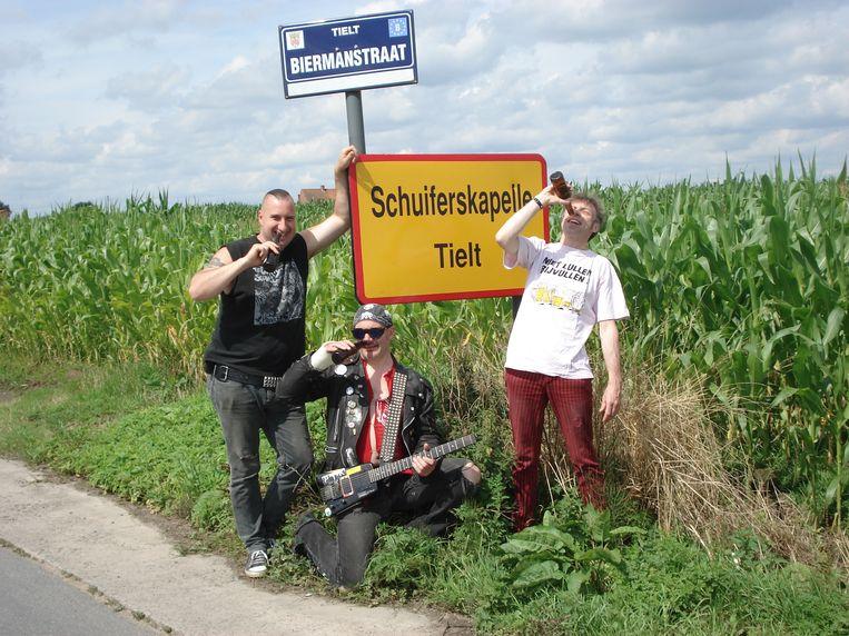 The Dirty Scums , die zelf graag een pintje drinken, openen het café in de Bilkbosstraat in Schuiferskapelle.