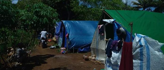 Sinds de twee zware aardbevingen en vele honderden naschokken verblijft een groot deel van de bevolking op de Molukken in provisorische tentenkampen.
