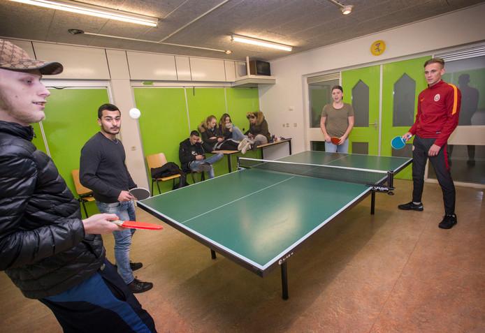 Jongeren aan het tafeltennisen in een buurthuis.<br />Foto: Joyce van Belkom/Pix4Profs