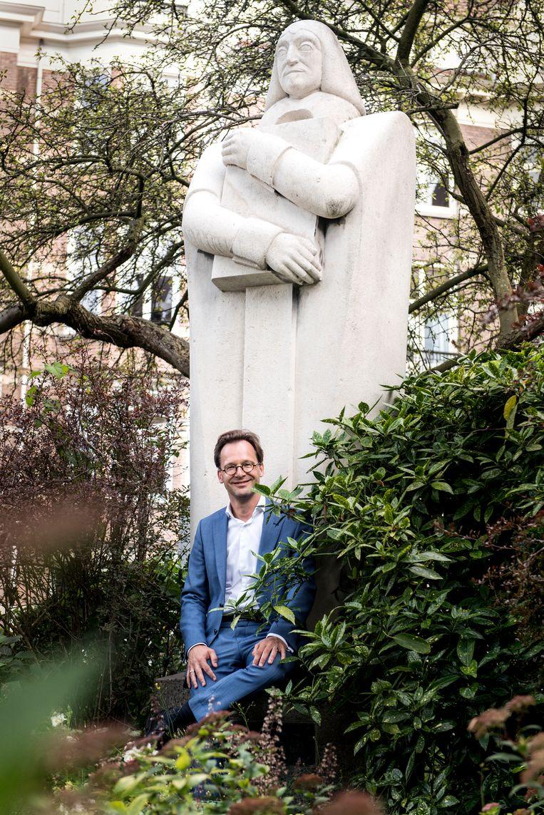 Van Raak bij het standbeeld van Descartes in Amsterdam. Beeld Eva Faché